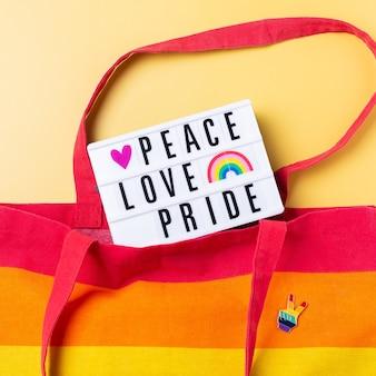 平和愛プライドテキスト虹黄色の背景に対して再利用可能なバッグ