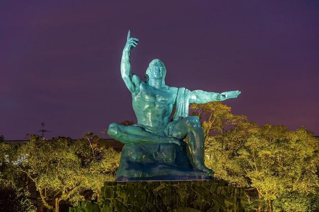 일본 규슈 나가사키 나가사키 평화 공원의 평화 동상