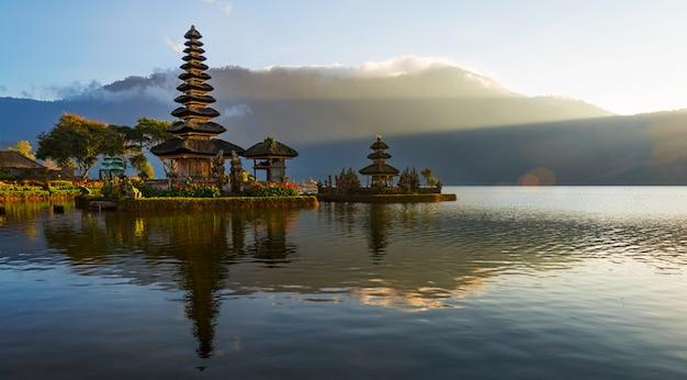 Peaceful atmosphere in early morning during sunrise over pura ulun danu temple the iconic of bali, lake bratan, bali, indonesia.