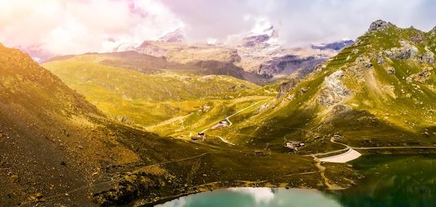 美しい湖と雄大な山々のある静かな風景