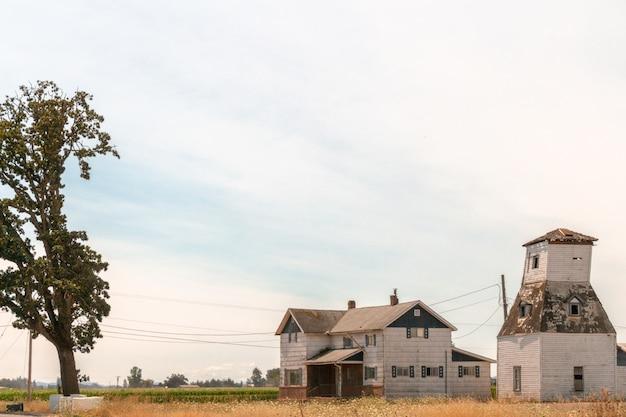 Мирная маленькая ферма в поле в сельской местности