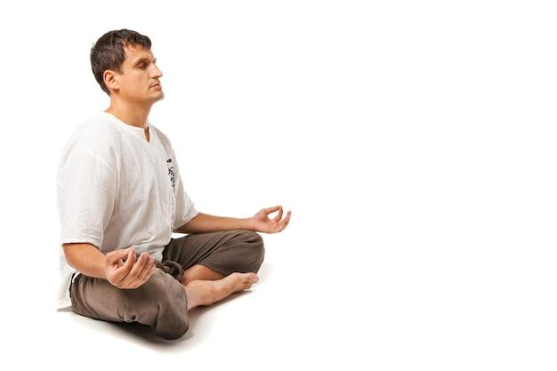 요가와 명상을 하는 평화로운 남자 - 흰색 배경 위에 격리