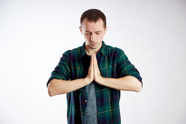 平和な人、リラクゼーションと瞑想、ストレス緩和 Premium写真