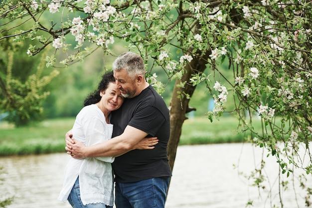 평화로운 분위기. 좋은 주말 야외에서 즐기는 명랑 커플. 좋은 봄 날씨