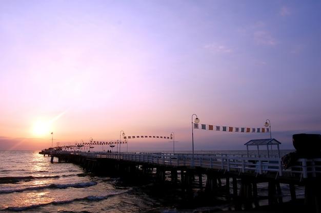 Мирное пирс на закате