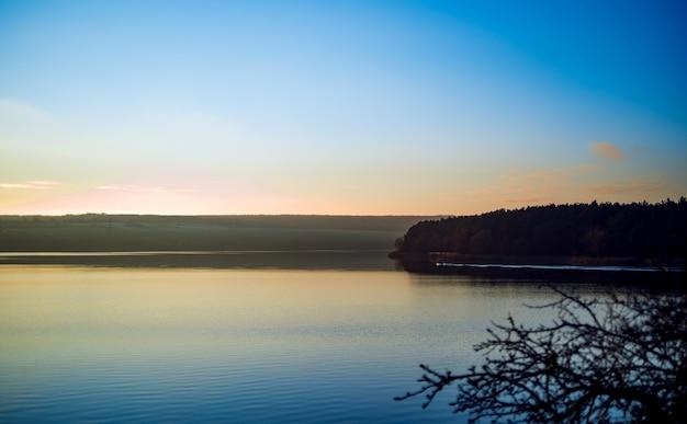 Мирный сельский пейзаж. красивая река с голубым небом выше на восходе солнца.