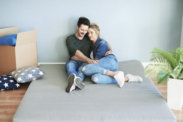 Scena pacifica di coppia nel nuovo posto di casa