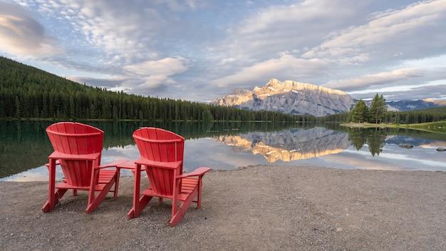 호수 표면반프 국립공원캐나다에 반사된 산이 있는 2인용 평화로운 일출 전망대