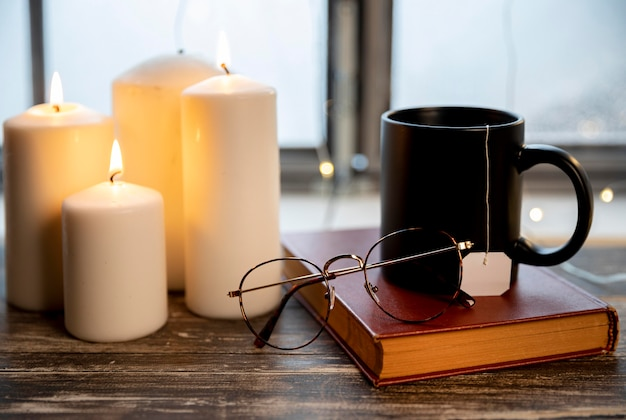 木製のテーブルの上の平和な冬の配置