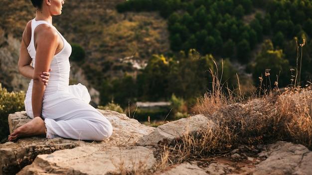 Donna tranquilla facendo yoga in natura