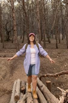 自然を楽しむ平和な女性