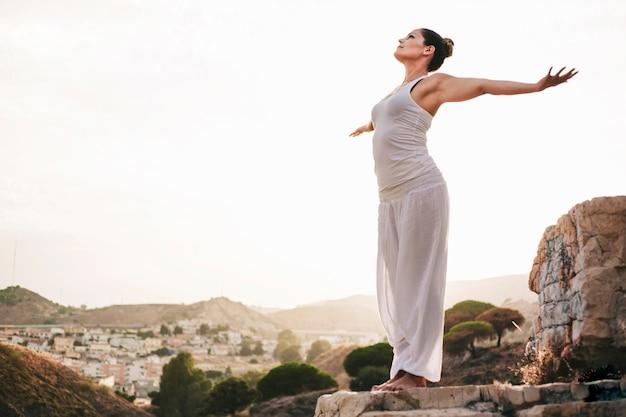 Мирная женщина, стоящая на камне