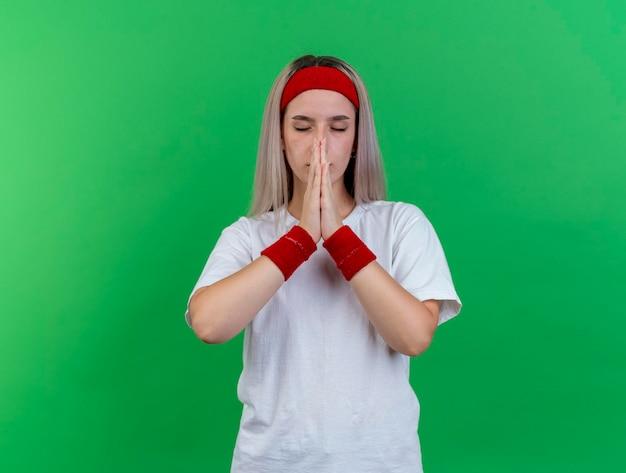 Tranquilla giovane ragazza sportiva caucasica indossando la fascia