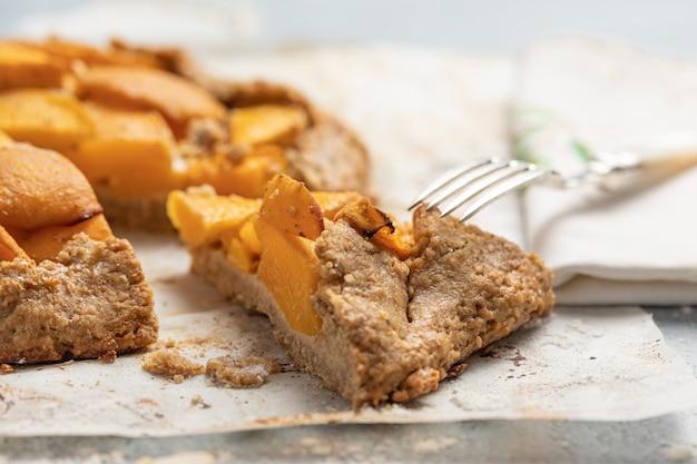 テーブルの上の桃のケーキをクローズアップ
