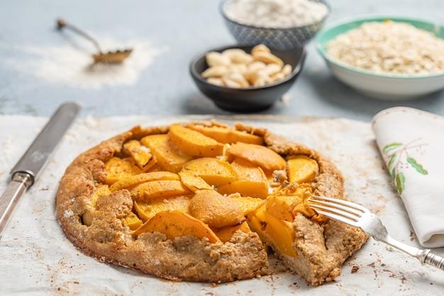 横にある食材とテーブルの上の桃のケーキ