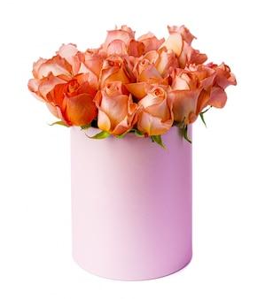 Розы персикового цвета в картонной коробке, изолированные на белом