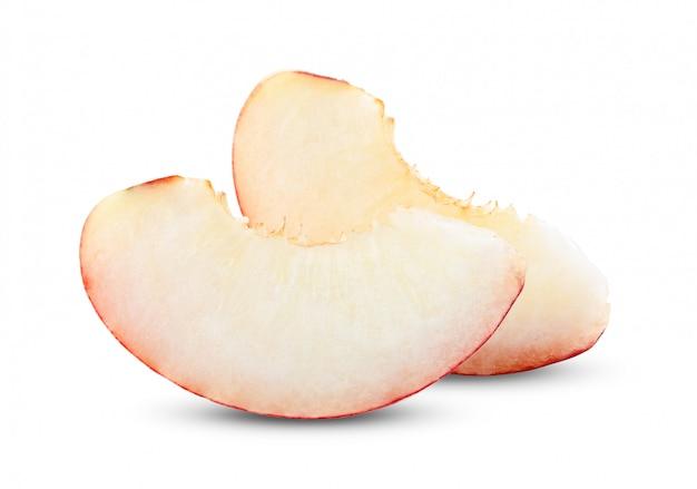 白い壁に桃のフルーツスライス