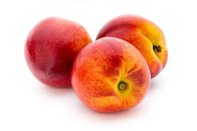 Персик. фрукты с изолированным на белом фоне.