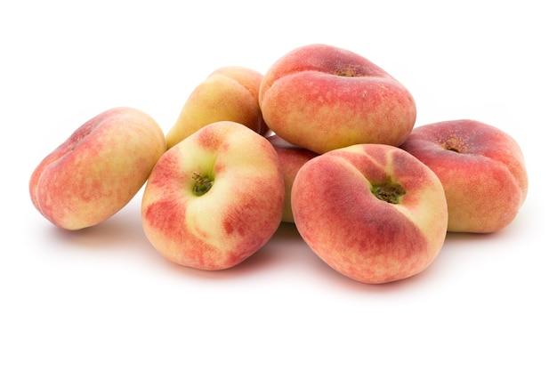 白い背景で隔離の桃の果実