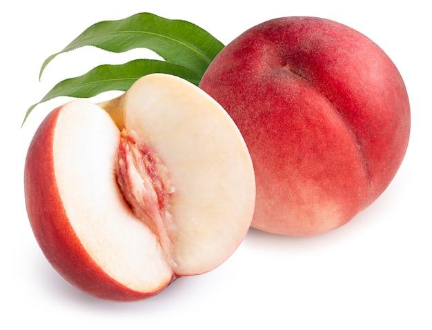 Плоды персика с листьями, изолированными на белой поверхности