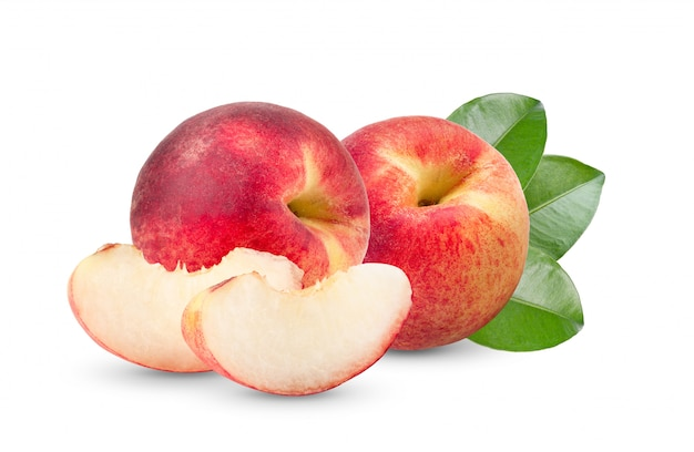 白いテーブルの上の葉と桃の果実
