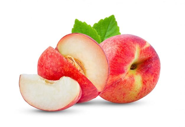 白い壁の葉と桃の果実