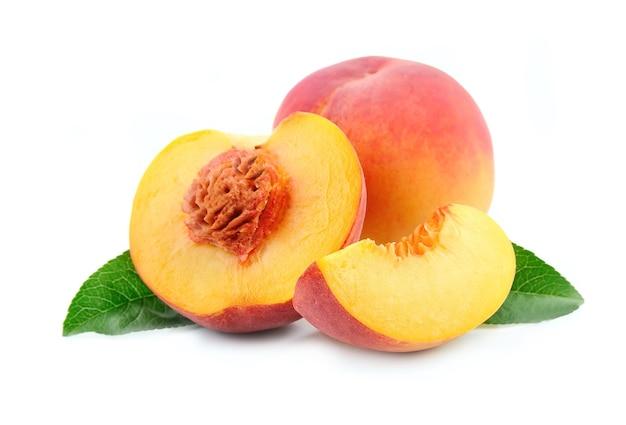 Плоды персика с листьями, изолированные на белом фоне