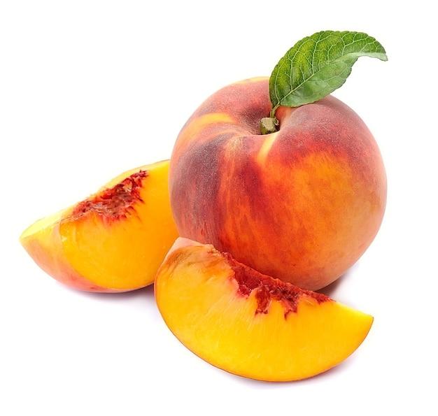 Плоды персика с листьями на белом