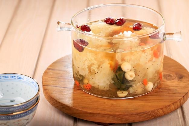 ピーチガムトリプルコラーゲンデザート、中国の伝統的なリフレッシュメント飲料には、ピーチガム、鳥の巣、赤いナツメ、シロキクラゲ、ゴジベリー、パンダンの葉、氷砂糖が含まれています。