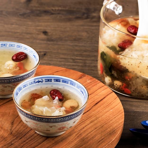 ピーチガムトリプルコラーゲンデザート(タオジャオ)、中国の伝統的なリフレッシュメント飲料には、ピーチガム、鳥の巣、赤いデート、シロキクラゲ、ゴジベリー、ロックシュガーが含まれています