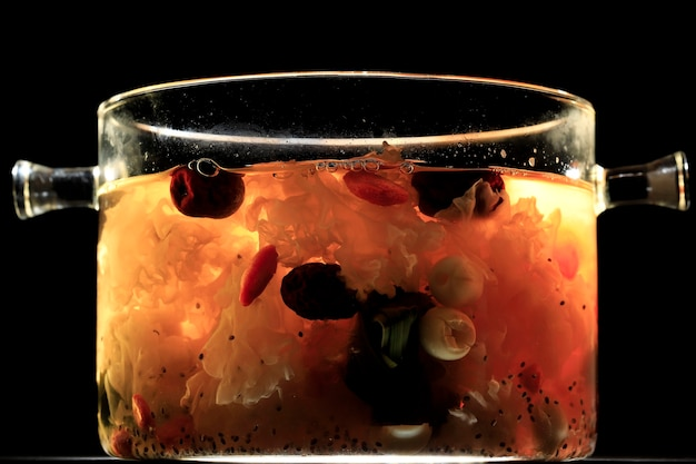 クリアパンにピーチガムトリプルコラーゲンデザート(タオジャオ)。ピーチガムは中国の伝統的なリフレッシュメント飲料で、ピーチガム、鳥の巣、赤いデート、シロキクラゲ、ゴジベリー、ロックシュガーが含まれています
