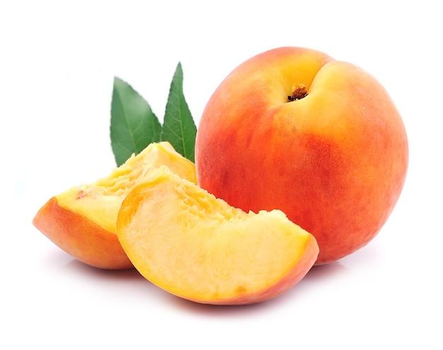 Персик изолированный крупным планом.