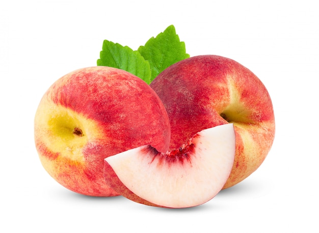 桃は白で隔離されます。完全な被写界深度