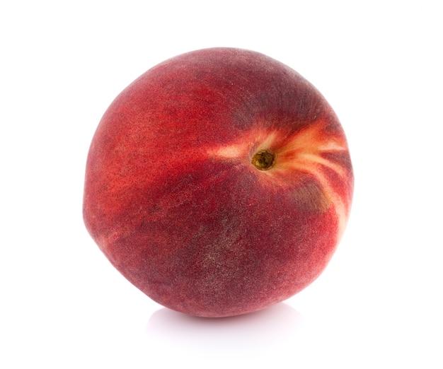 白い表面に分離された桃