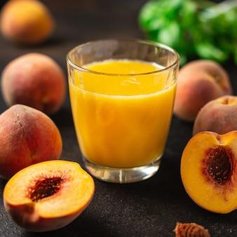 복숭아 주스 과일 복숭아는 테이블에서 식사 간식을 먹을 준비가 된 신선한 음료를 마신다