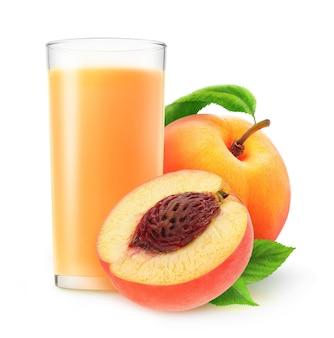 유리에 복숭아 주스와 흰색 배경에 고립 된 복숭아 과일을 잘라