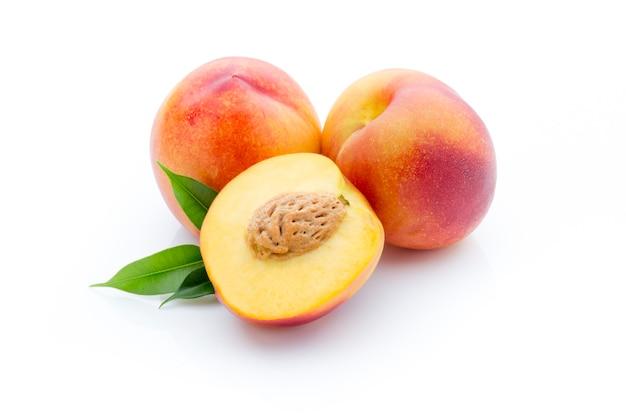 Персик на белой изолированной поверхности.