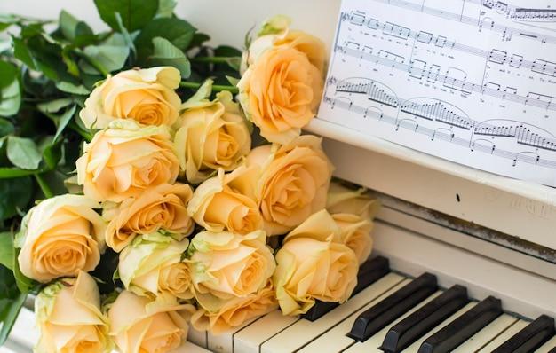 노트와 피아노에 복숭아 장미