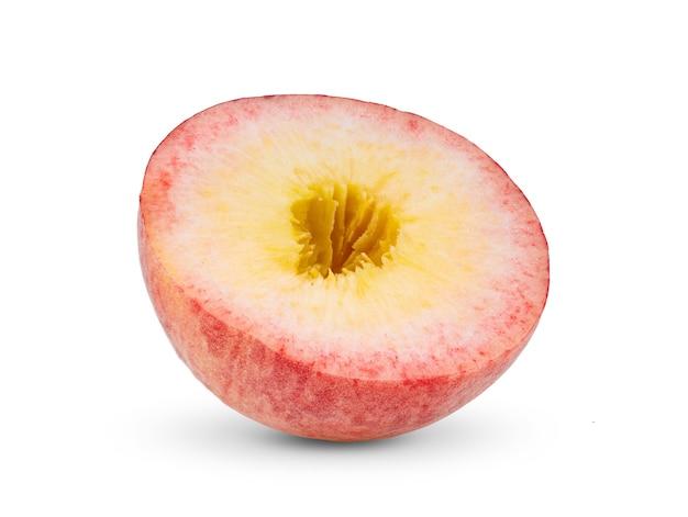 白い背景で隔離の桃のスライス