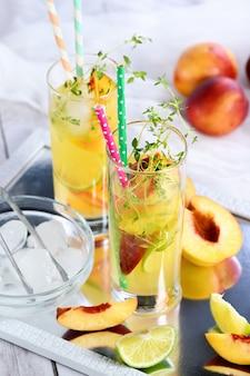 Персик летний коктейль органический безалкогольный напиток лимонад спелый нектарин тимьян и лайм