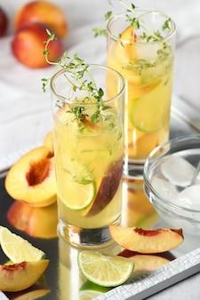 Персиковый летний коктейль освежающий органический безалкогольный напиток лимонад со спелым нектарином