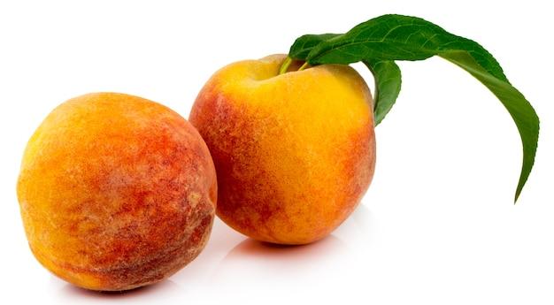 分離された葉を持つ桃。