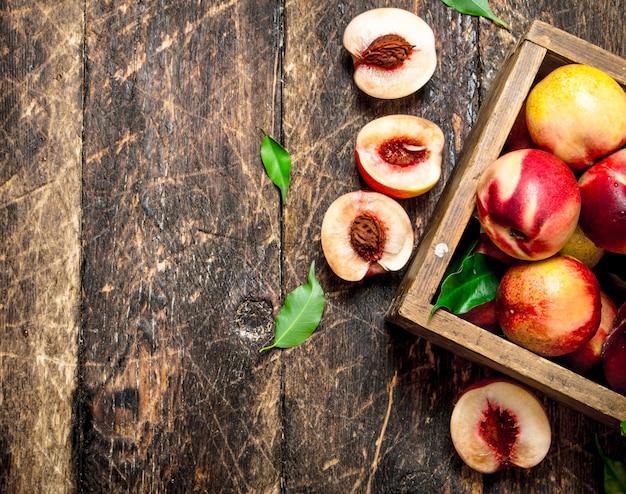 Персики в коробке.