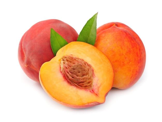 Персики, изолированные на белом фоне Premium Фотографии