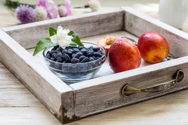 木製のテーブルの桃