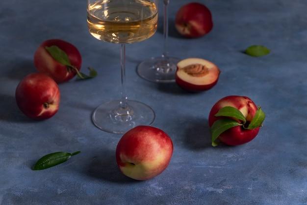 Персики или нектарины и бокал вина