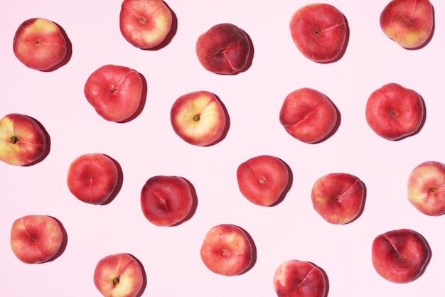 Персиковый узор на пастельном розовом фоне