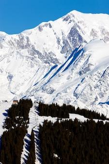 冬のフランスアルプス山のピーク