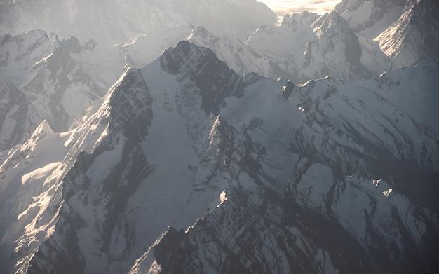 日光が差し込むロッキー山脈の頂上