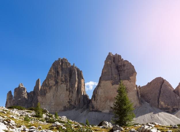 Вершины знаменитых гор тре чиме ди лаваредо. южный тироль, италия.